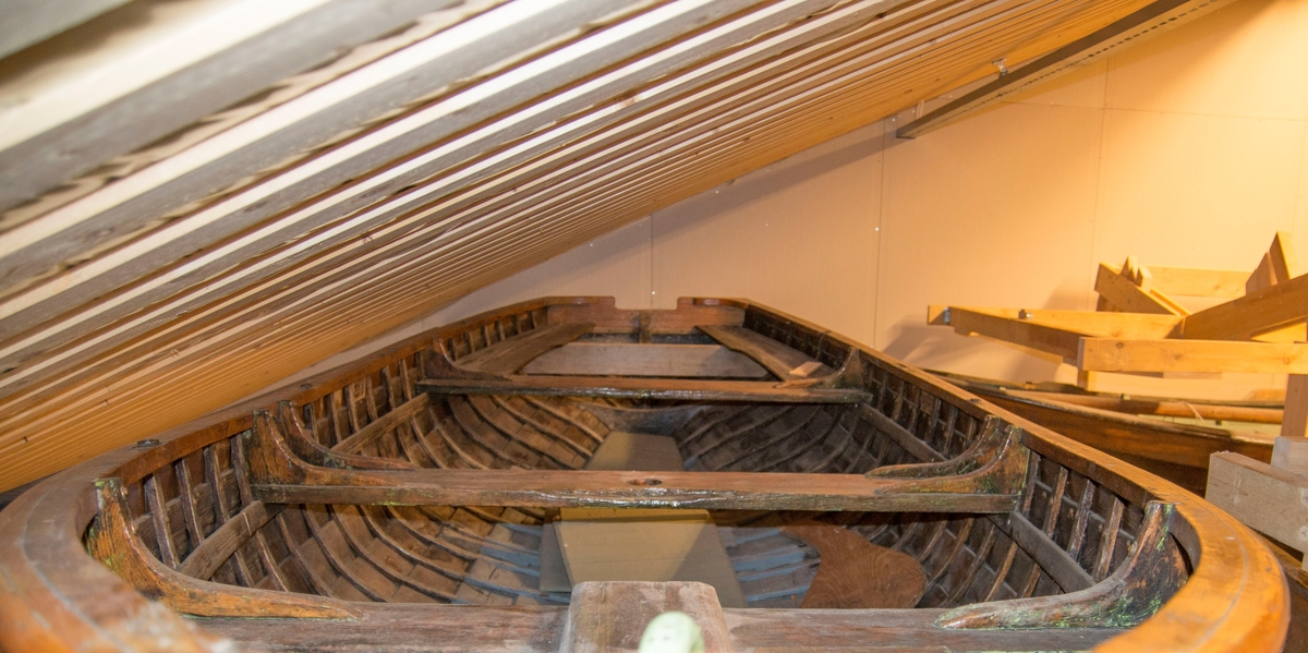 Gigg av tre - furu på eik. båten er klinkbygd med dampbøyde ribber. Ni bordganger. Spor til mast. Grønnmalt løftekrok forut.