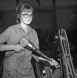 Industriarbeider Karin Ågesen i avd. 1351 på Kvernelands Fabrikk AS