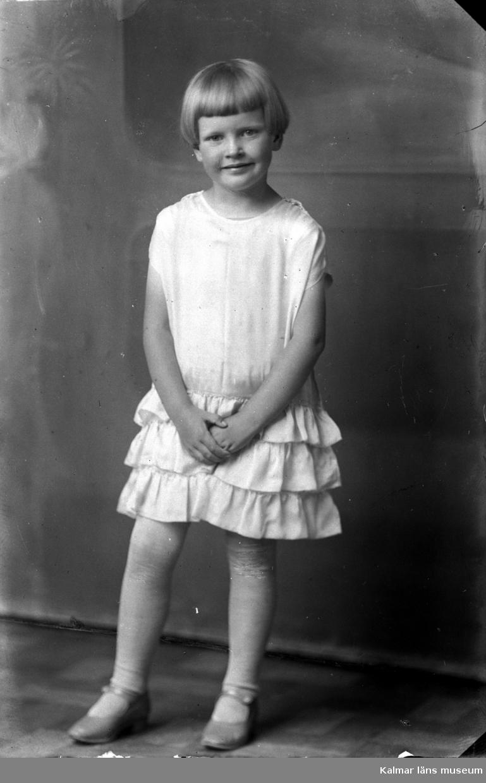 En bild på en flicka i klänning. Beställare till bilden: Fru Ida Nilsson ifrån Vassmolösa.