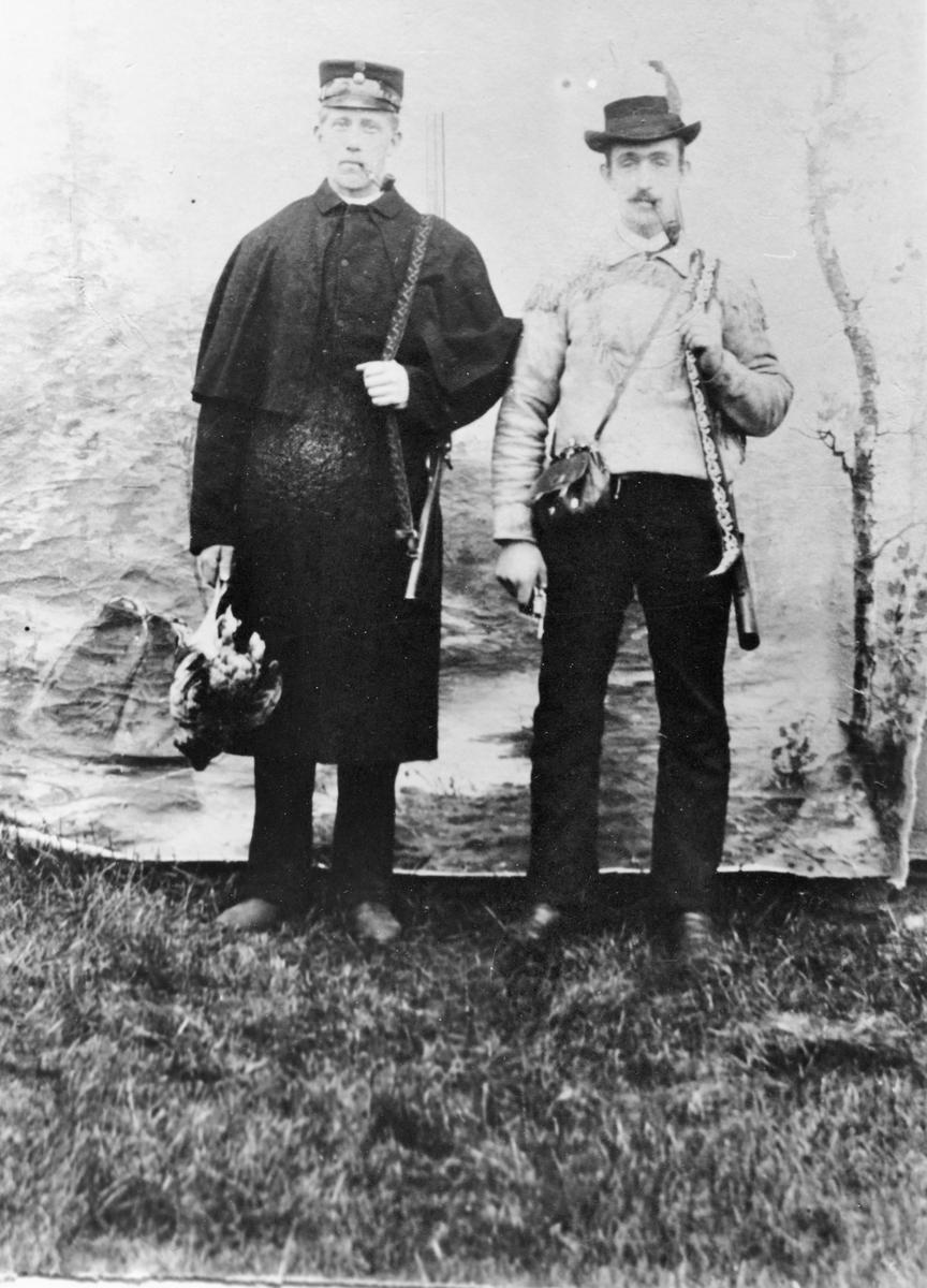 To skyttere på Bjørkelangen ca. 1895. Fra venstre: Johan Borgersen Hagan og Simon Nilsen Ødegård.