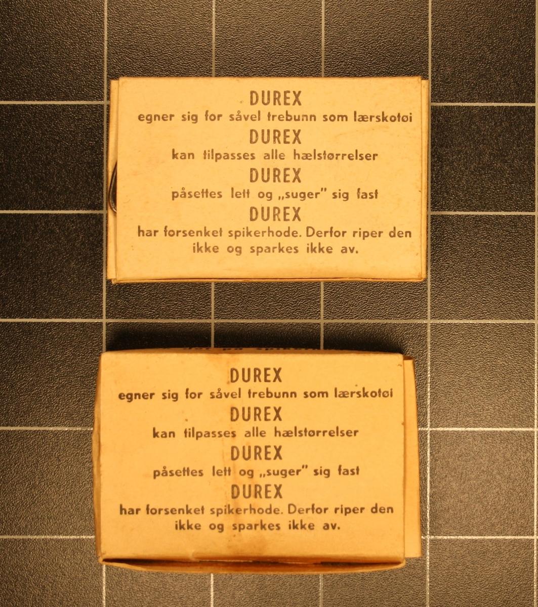 Form: Små rektangulære pappesker med innhald. 2 stk. identiske.