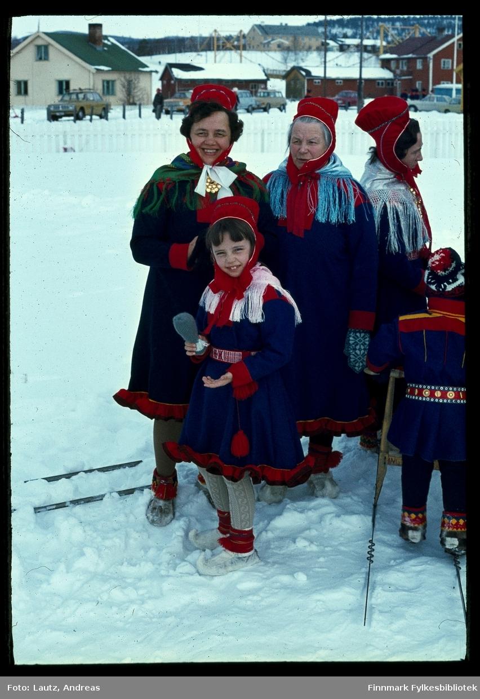 Karasjok i 1972. Anne Kirsten Solbakken med datteren Frøydis.