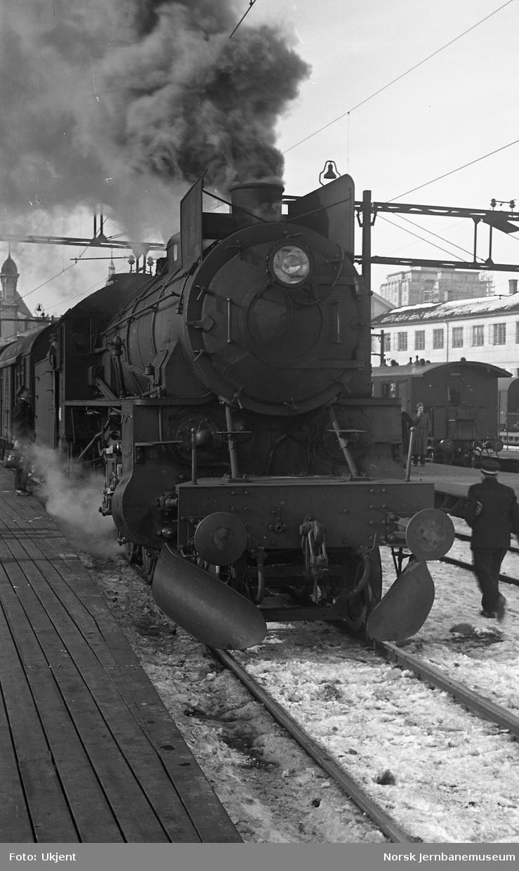 Damplokomotiv type 31b med skinneryddere på Oslo Ø