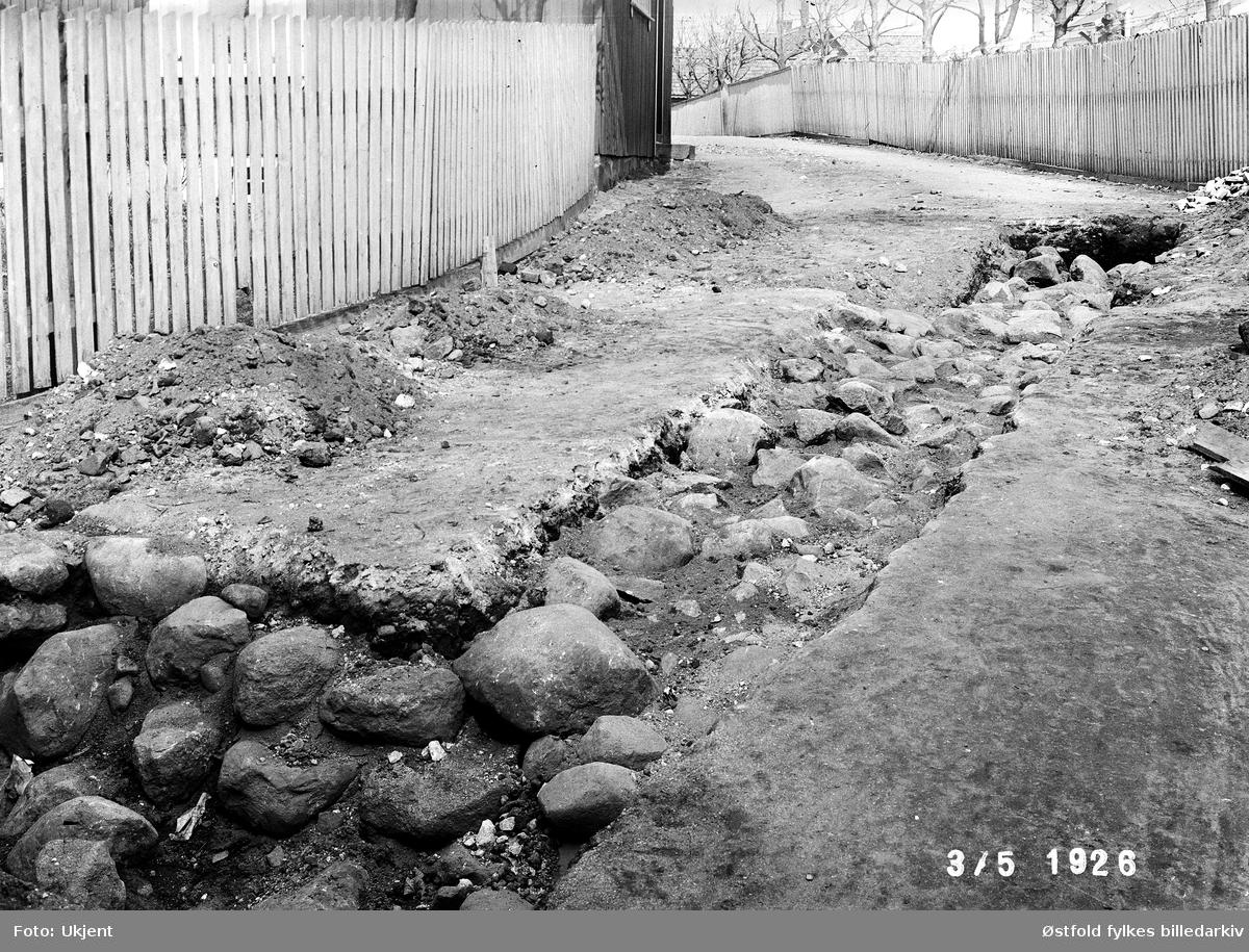Utgraving av brulegning, funnet under graving i Borregaardsveien i Sarpsborg, 3. mai 1926.