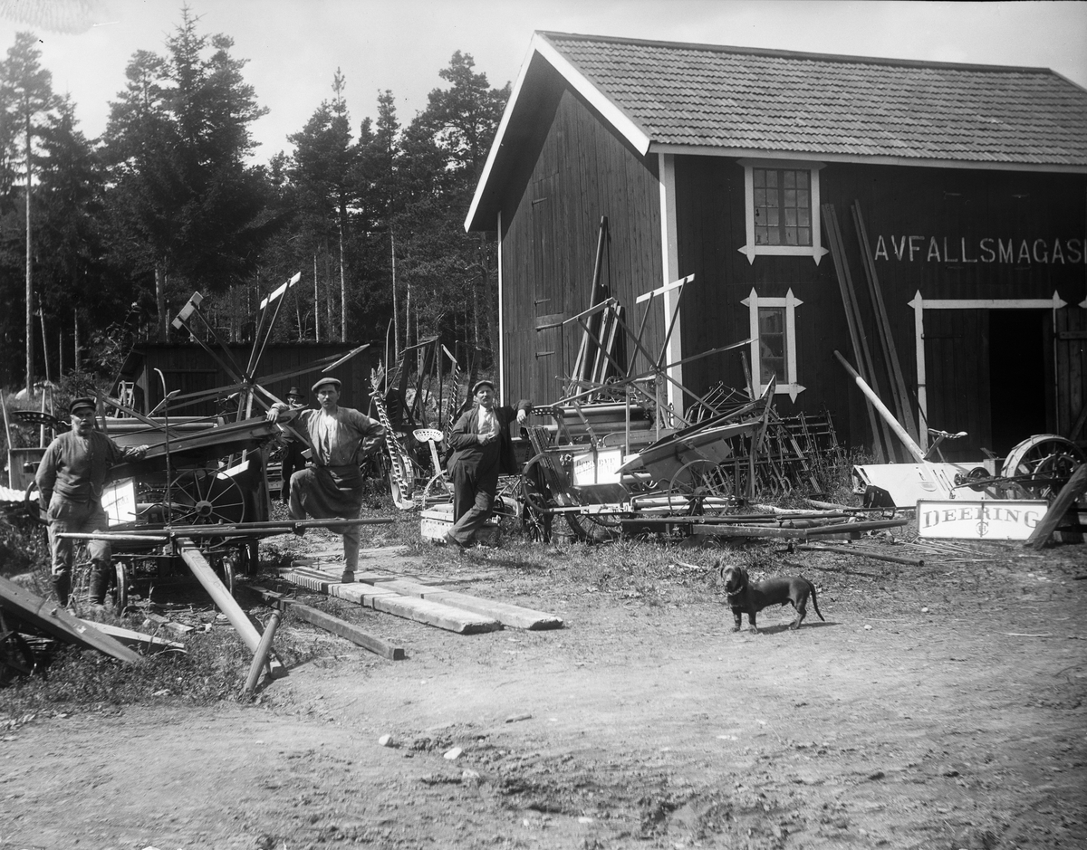 Tre män och en tax, Westeråsmaskiner i Morgongåva, Vittinge socken, Uppland, 1910-tal