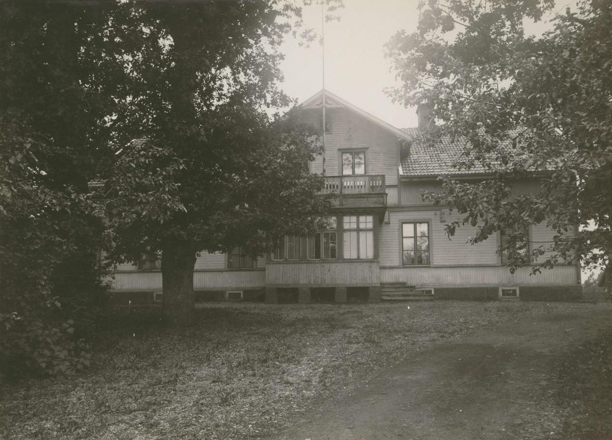 """""""Ekhults gård"""", [Fliseryds socken]. Fotografi på beige kartong (se :12). Snarlik bild finns från 1930."""