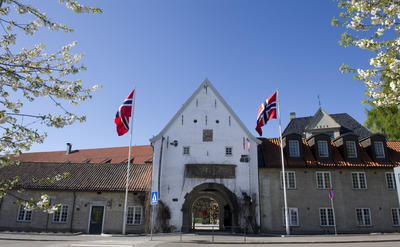 Norsk Folkemuseum's main entrance with two Norwegian flags.. Foto/Photo