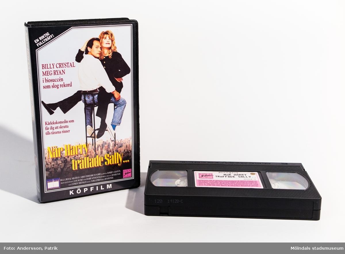 """Videokassettfilmen """"När Harry träffade Sally..."""" med svart omslag. En färgfilm på 1 tim och 32 minuter. En komedi tillåten från 15 år på bio. En mycket populär film med skådespelarna Billy Crystal och Meg Ryan. Distributör: Egmont Film AB, 16084-3"""