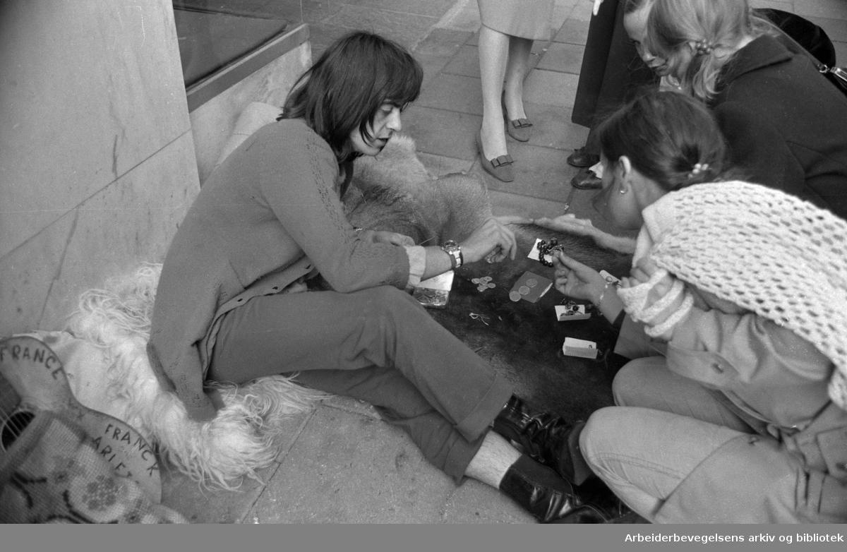 Fransk gateselger i Lille Grensen..Ca. 1970. Udatert.