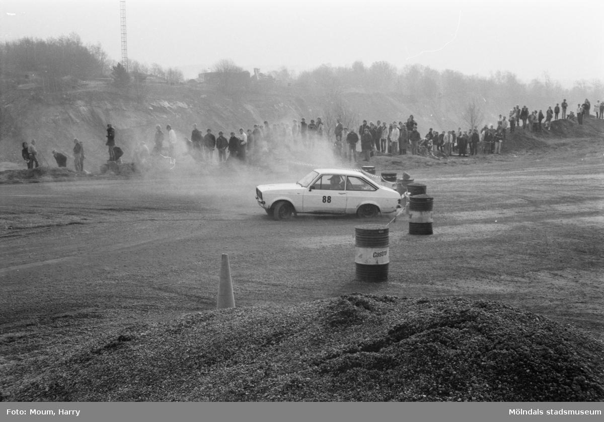 """Rallytävlingen Bilexa-knixen körs på stenbrottet Sabemas område, år 1984. """"Det var full rulle i Sabemas grusgrop vid tävlingarna.""""  För mer information om bilden se under tilläggsinformation."""