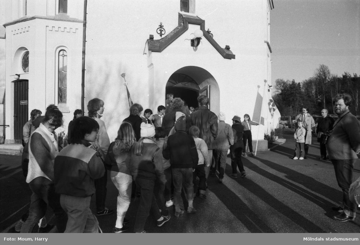 Annestorpsdalens scoutkår på väg in i Lindome kyrka den 23 april 1984.  För mer information om bilden se under tilläggsinformation.