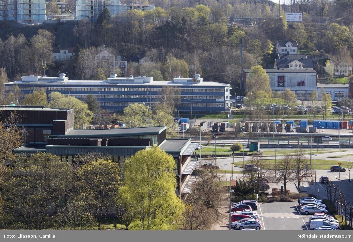 Stadshuset, främst till vänster i bild, stod klart år 1962 och man var stolt över den moderna arkitekturen som förevigades på ett antal vykort. F.d. missionskyrkan i bakgrunden är kvar men har förvandlats till bostäder. Det grå huset i mitten (Torggatan 1A, 1B) var tidigare Försäkringskassa men är nu kontor. Till höger syns brandstationen. Uppe på berget, där Kvarnbyvallen tidigare låg(fotbollsplan och friidrottsarena), pågår nybyggnation av bostäder.