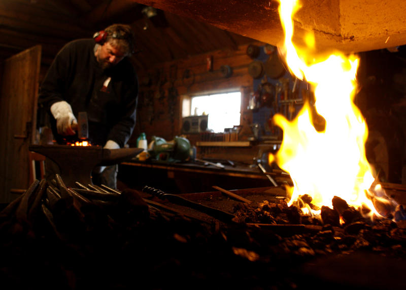 All iron fittings and hooks are hand-forged at the boatyard. (Foto/Photo)