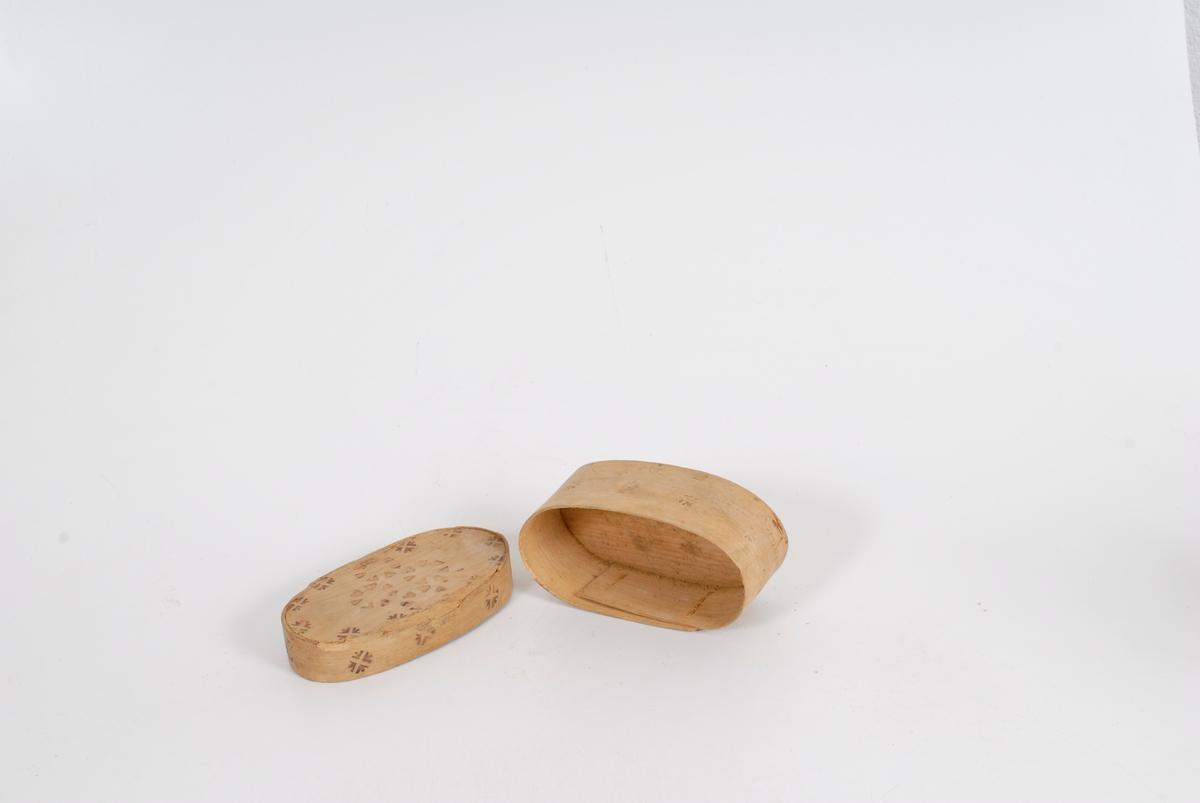 Form: Gran i topplokket og bunnen, bjørk i sidene.