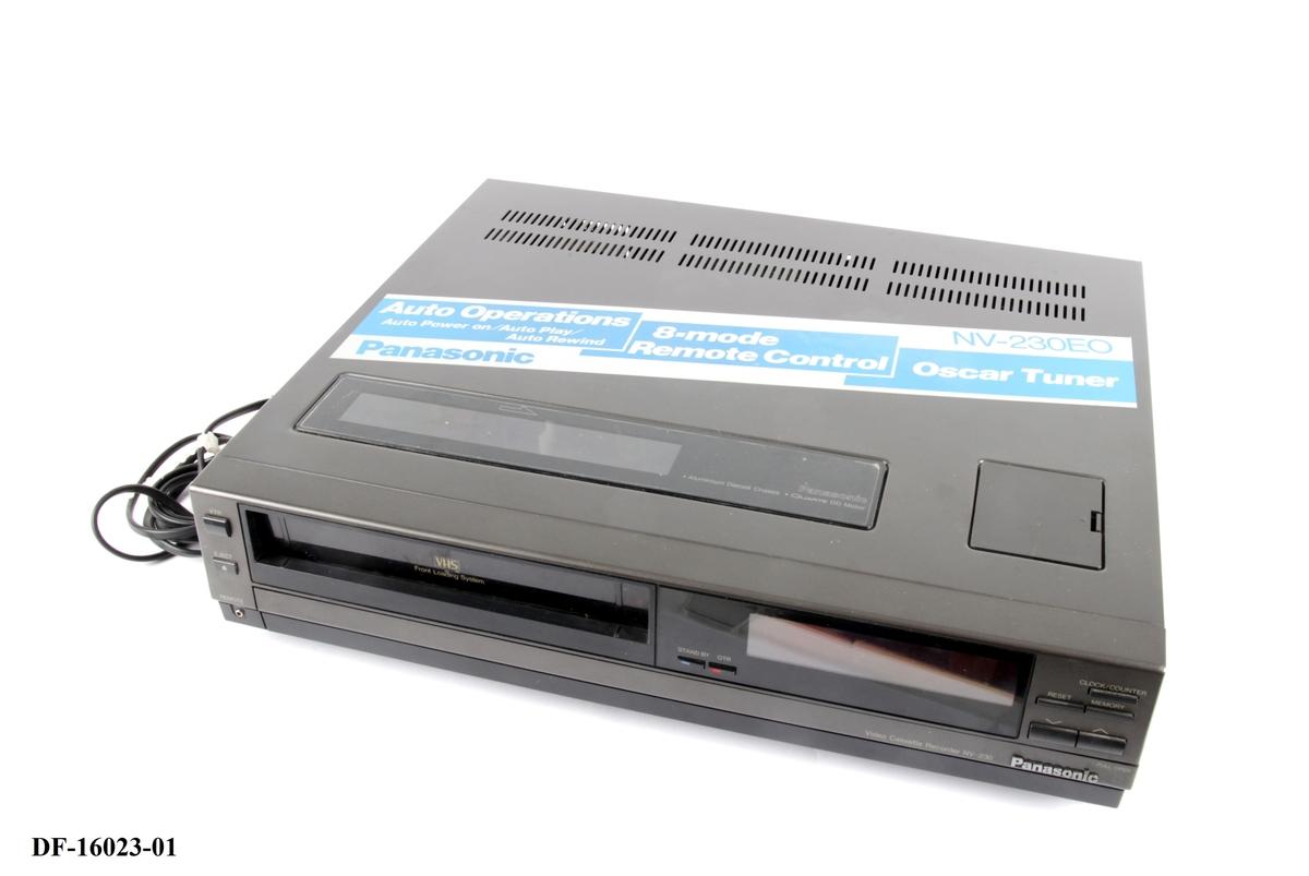 Videospiller for VHS. Følger med fjernkontoll og startkabel.