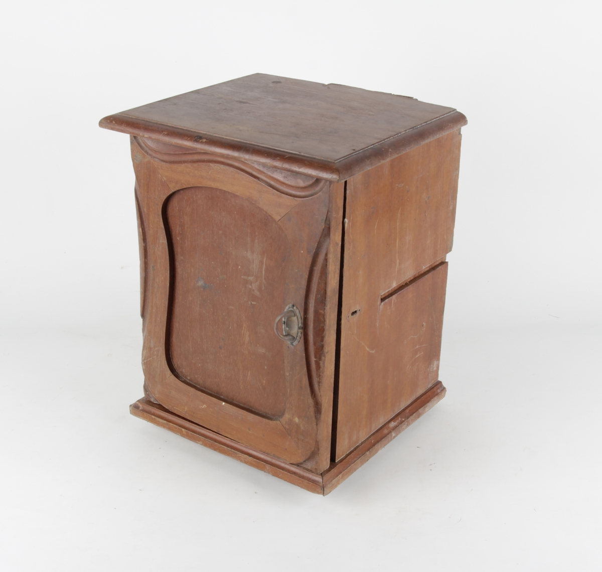 Lite skap med nøkkelhull. Dekorert med utskjæringer i art nouveau-stil.