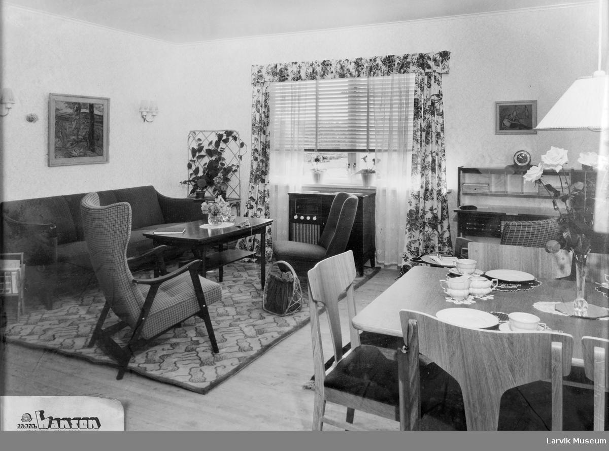 Interiørbilde fra visningsstue hos Brødrene Hansen's møbelforretning på Lilletorvet i Larvik.
