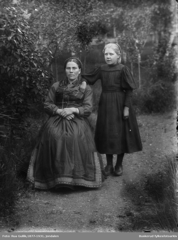 Marit S.  Fløtager, f.  28.06.1883   med sin datter Kari O. Fløtaker f 01.10.1903   Flesberg
