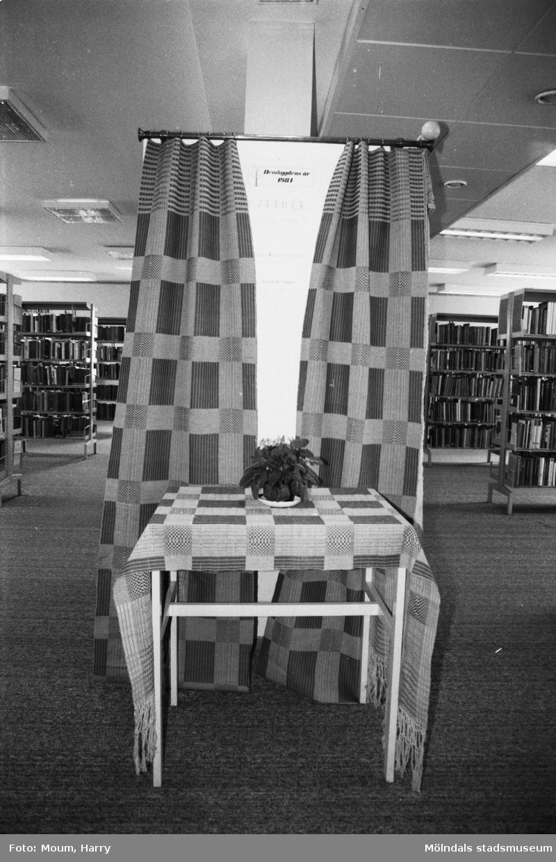 """Kållereds hembygdsgille har gardinutställning på Kållereds bibliotek, år 1984. """"En av de utställda gardinerna i Kållereds bibliotek.""""  För mer information om bilden se under tilläggsinformation."""