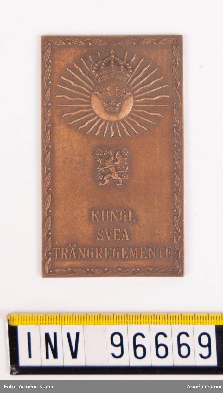 Plakett i brons för Svea trängregemente. Stans 14916, härdad 1944-03-16. Plakett 53x90 mm, med trängkårens vapen 3-kronor på rund platta krönt av kunglig krona, samt strålar, därunder Östergötlands vapen och inskription KUNGL. SVEA TRÄNGKÅR, omgivet av lagerslinga. Texten senare ändrad.