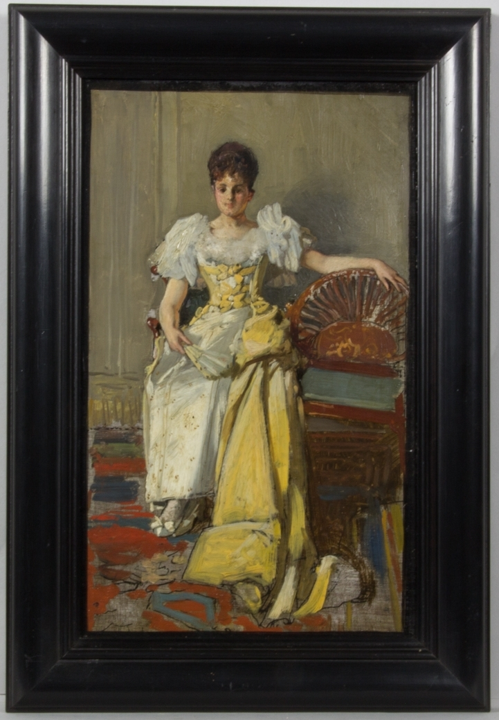 Porträttskiss föreställande Ellen Roosval, sittande, helfigur, i soffa med skulpterat ryggstöd. Klädd i vit och gul aftonklänning och gult släp. I handen håller hon en solfjäder. I bakgrunden rumsinteriör.