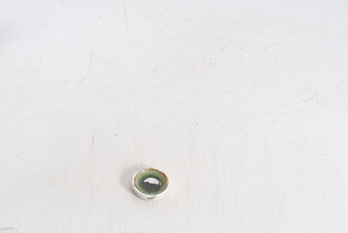 posen har små hvite prikker, skålene har gullkant.