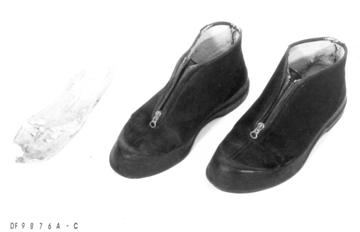 910a7db8 Et par vanntette sko med glidelås. De ble spesielt mye brukt av tidligere  eier på