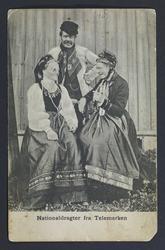 Postkort, to damer og en mann i bunad fra Telemark