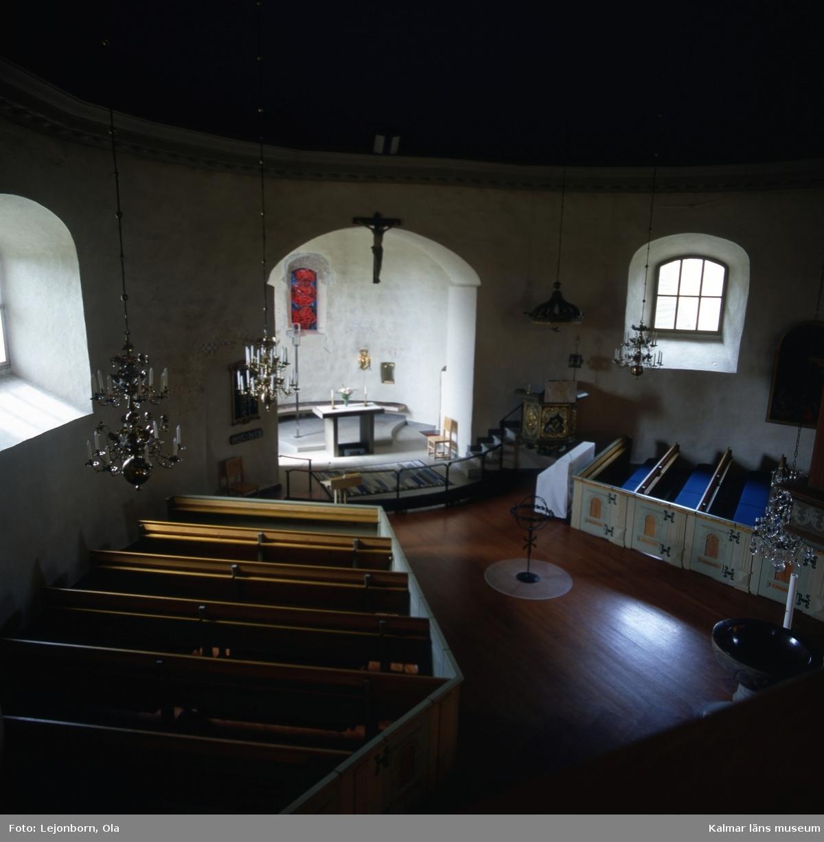 """Hagby kyrka är en kyrkobyggnad i Hagby i Växjö stift. Den har alltsedan medeltiden varit sockenkyrka i Hagby socken. Nu är den församlingskyrka i Arby-Hagby församling.  Hagby kyrka är en av sammanlagt åtta bevarade svenska rundkyrkor. Hagby kyrka är den rundkyrka, vars medeltida exteriör är bland de bäst bevarade i landet; även absiden och de höga murarna för ovanvåningen finns kvar. Den kan dock, när det gäller absiden, jämföras med Skörstorps kyrka utanför Falköping. På korväggen och under orgelläktaren finns fragment av medeltida kalkmålningar; från medeltiden finns också en dopfunt och ett triumfkrucifix. Vid den senaste renoveringen har man försökt betona byggnadens gamla, slutna karaktär, varmed den framstår som ett av de främsta exemplen bland bevarade rundkyrkor, vars arkitektur annars är mest känd från Bornholm.  Föregångare till Hagby stenkyrka anses ibland Sankt Sigfrids träkapell ha varit, vilken låg ett par kilometer söder om den nuvarande. Kapellet saknar emellertid datering och att det ska ses som en direkt föregångare till kyrkan är mindre sannolikt. Stenkyrkan uppfördes under 1200-talet. Traditionellt anses kyrkan ha blivit uppförd som både helgedom och försvarsanläggning, således en så kallad försvarskyrka. I murarnas överdel finns därför sjutton muröppningar som tolkats ha varit skott- och kastgluggar. Försvarsfunktionens framträdande roll har dock blivit ifrågasatt i nyare forskning. Möjligen kan ovanvåningen ha fungerat som en väl upplyst """"paradvåning"""" om nu sådana förekom i klerikala byggnader. Under seklernas lopp har kyrkan haft olika gestaltningar. Ursprungligen tycks där ha funnits ett centraltorn och mellan detta och ytterväggarna har det funnits två eller tre olika våningsplan. Detta torn revs förmodligen under 1660-talet.  Under 1760-talet tillkom en ny altaruppsättning, av vilken det återstår en altartavla och vissa figurer. År 1923 togs en ny altartavla i bruk. Nuvarande tunnvalv av trä torde ha tillkommit under 1830-talet, samt är tä"""