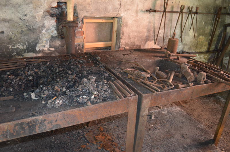 The furnace had glowing coals, where he heated the iron so that he could shape it. (Foto/Photo)