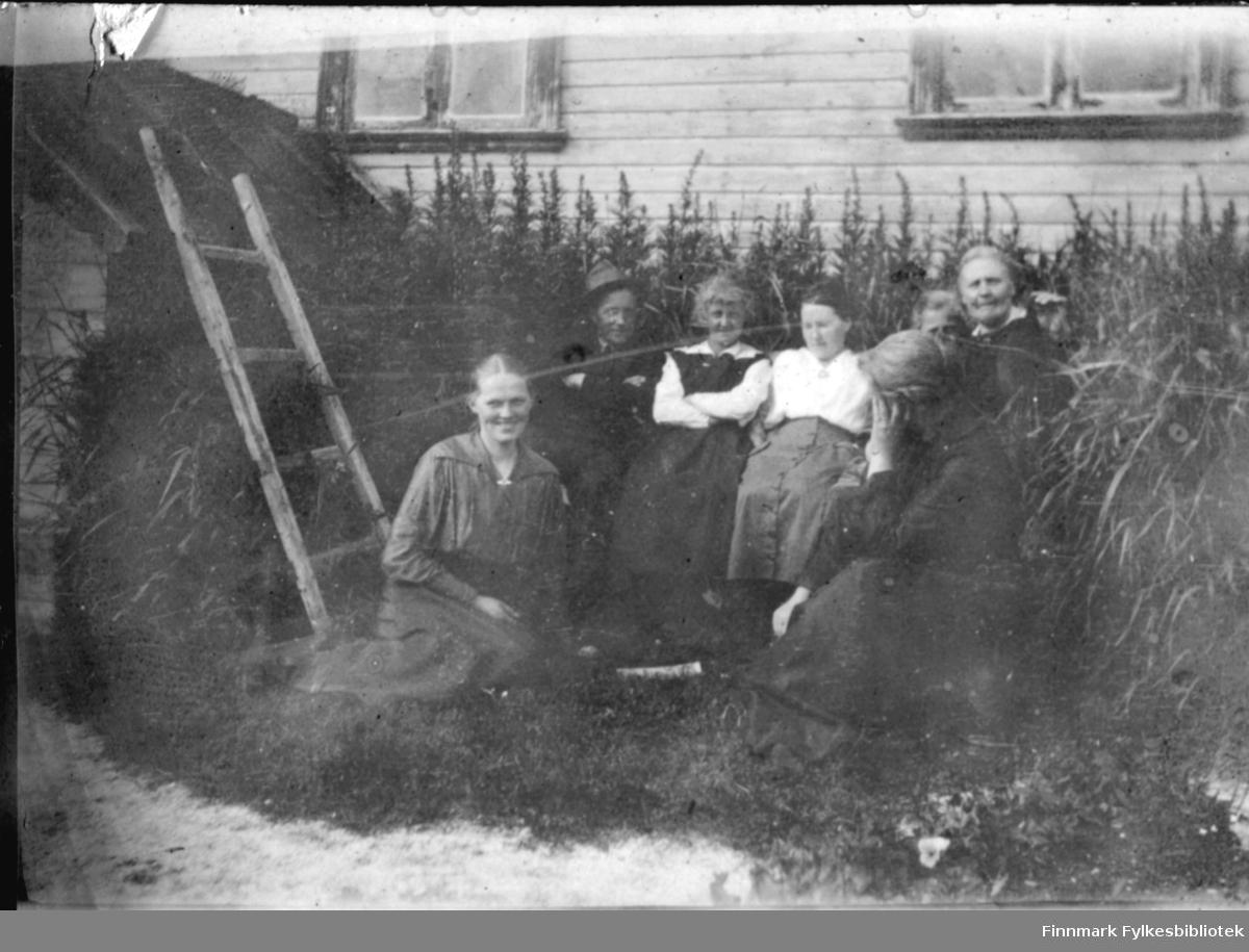 Gruppebilde tatt ute i hagen, medlemmer av familien Cort Buck?