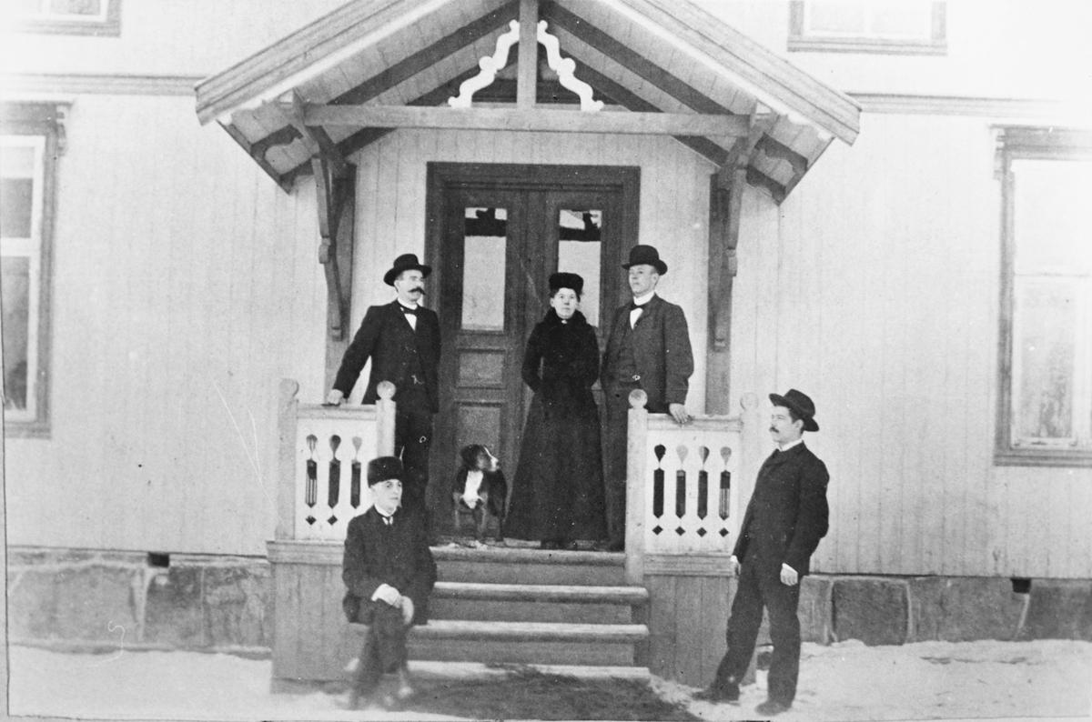 Mørk skole i Søndre Høland, fra venstre: Ole Welding (sittende), en lærer (Landerud?), en hund, Marie og hennes mann lærer Marius Magnæs, en annen lærer (muligens Ole Guston Haugerud).