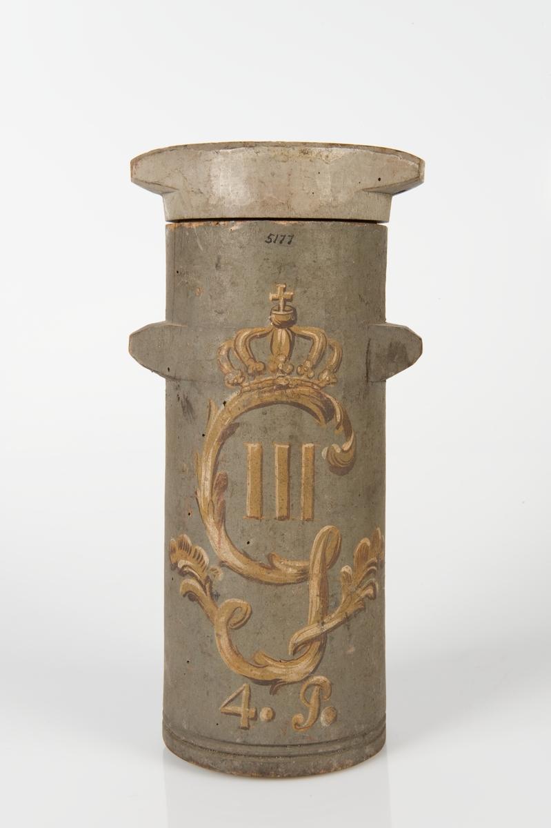 """Koger, 4-pund. trä, cylindriskt, lock utan stropp. Öron av trä, gråmålat. Text: """"39.813 c. Dep. Karlskrona"""". Å lock: 39.813 c. Märkt: Krönt namnchiffer."""