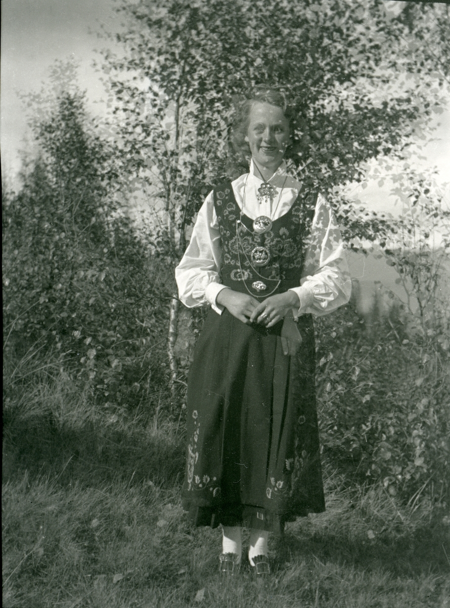 Portrett i helfigur av Sigrid Brattrud i 20-årene.