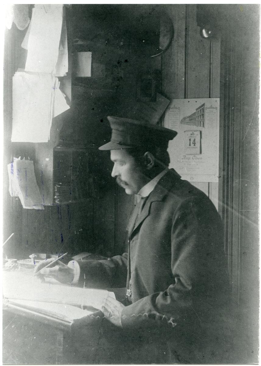 Kjøpmann Mikael R. Dølven på hans kontor.