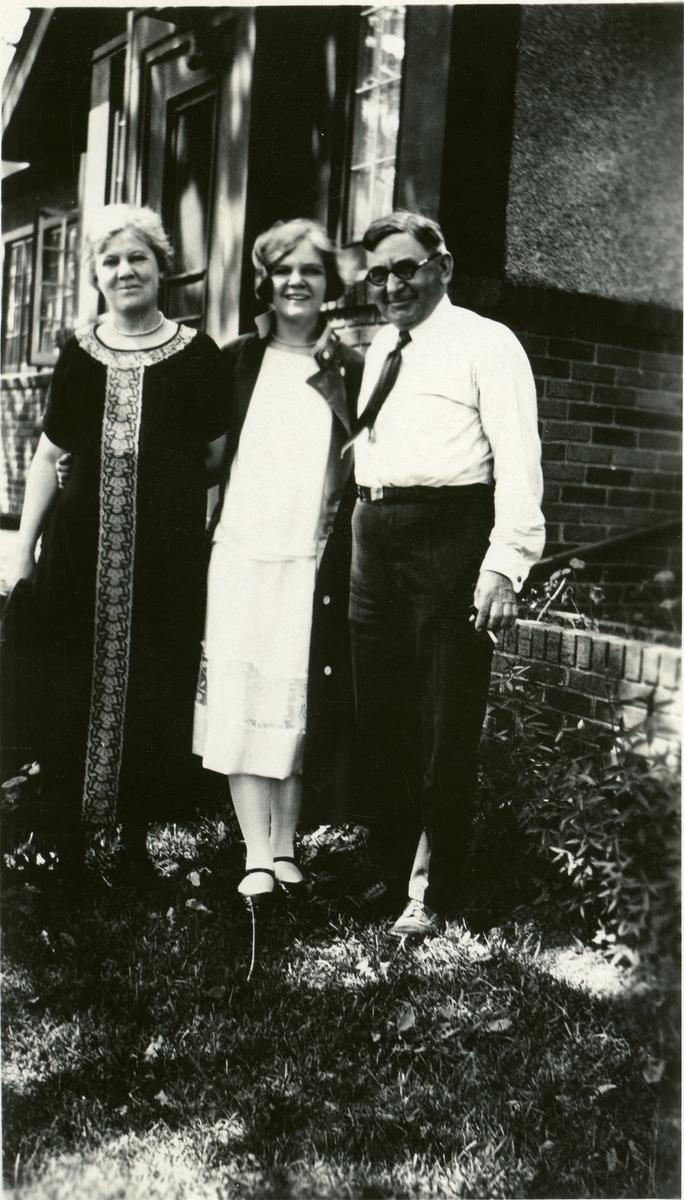 Bildet viser Dr. A. Gullikson, med kone Ella f. Knatvold til venstre og datter Elvira i midten.