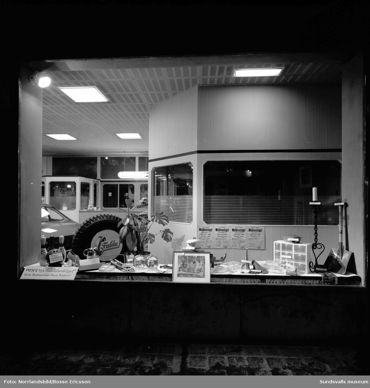 Skyltfönster hos Philipssons bilfirma.