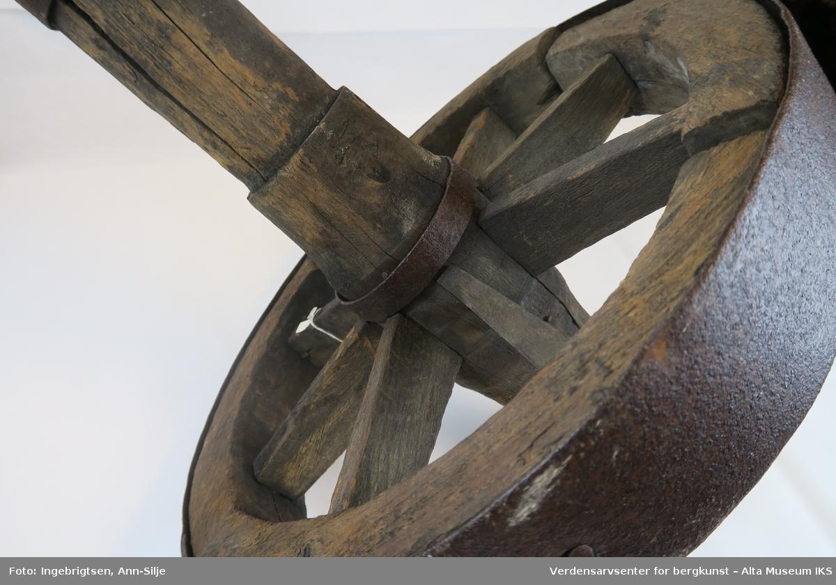 Hjul av tre med metallbeslag.