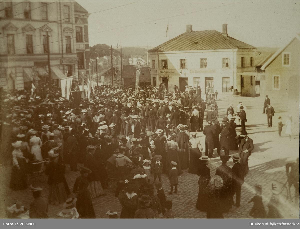 Folkeansamling på S. Torg ca 1900 S. Torg 4 og Ths. Kristiansen Hotel