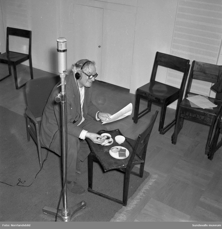 Skådespelaren Elof Ahrle tar en fikapaus under någon form av radioinspelning, möjligen produceras radioteater i studion. Foto för Radiotjänst.