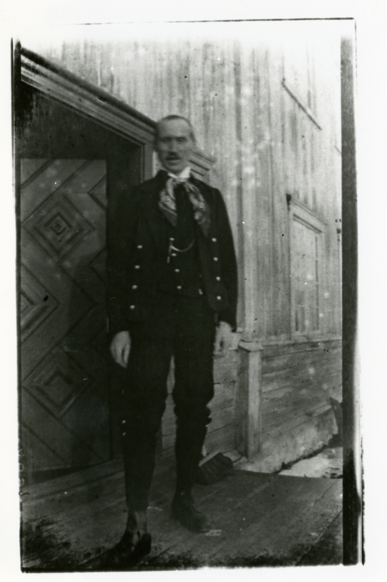 Portrett av Olaus Islandsmoen. Han er rundt 28 år gammel og er iført bunad.