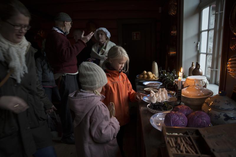 Publikum ser på julemat på kjøkkenbenk