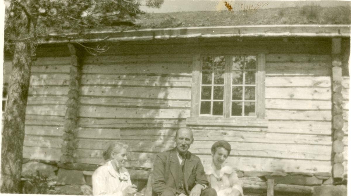 Olaus Islandsmoen sammen med Dorte Toresen og Aagot Jahre, ved Øyangen sommeren 1920.