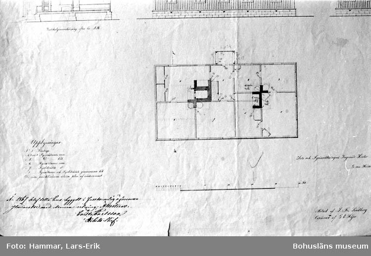 Ritning till boningshus för fyrpersonalen vid den blivande Pater Noster fyren på Hamnskär 1866. G. von Heidenstam. Ritad av L. Fr. Lindberg (uppförd 1861). Sektion, fasader och planritning. Detalj från d:o (se14). Planritning. 1: Förstuga. 2,3 och 4: Fyrmästarens rum. 5: D:o kök. 6: Fyrvaktarens rum. 7: Fyrbiträdes rum. 8: Fyrvaktarens och fyrbiträdes gemensamma kök. De röda pricklinjerna utvisa plan av vindsrummet.