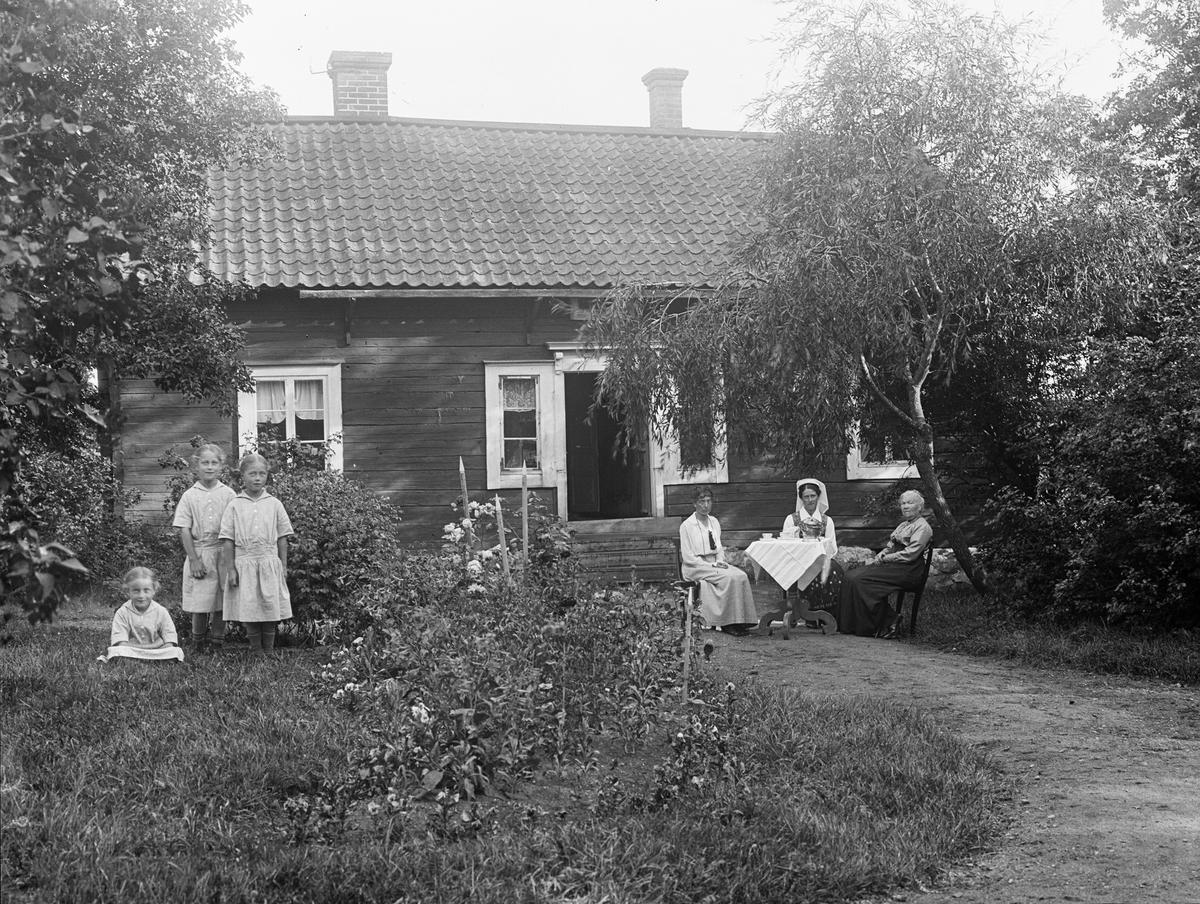 """""""Familjen Bolinder utanför villan vid Billerstena"""", Altuna socken, Uppland 1918"""