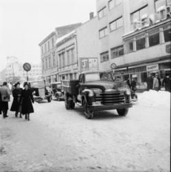 "Vardens arkiv. ""Trafikk-kaos i Skiens gater""  03.03.1954"