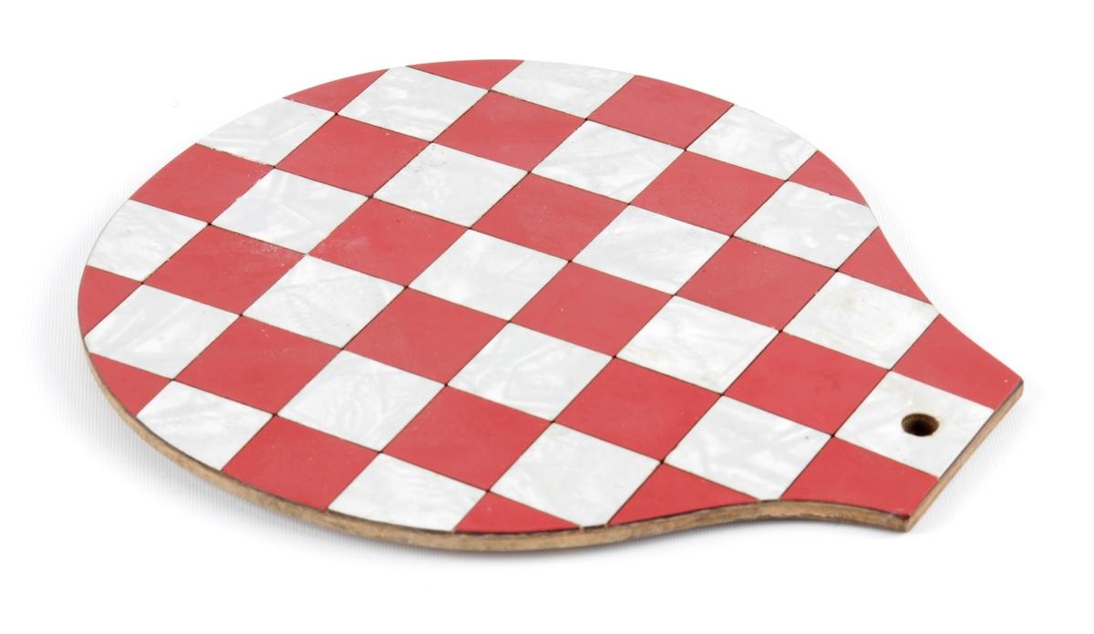 Bordskåner dekorert med rødt og hvitt sjakkmønster.