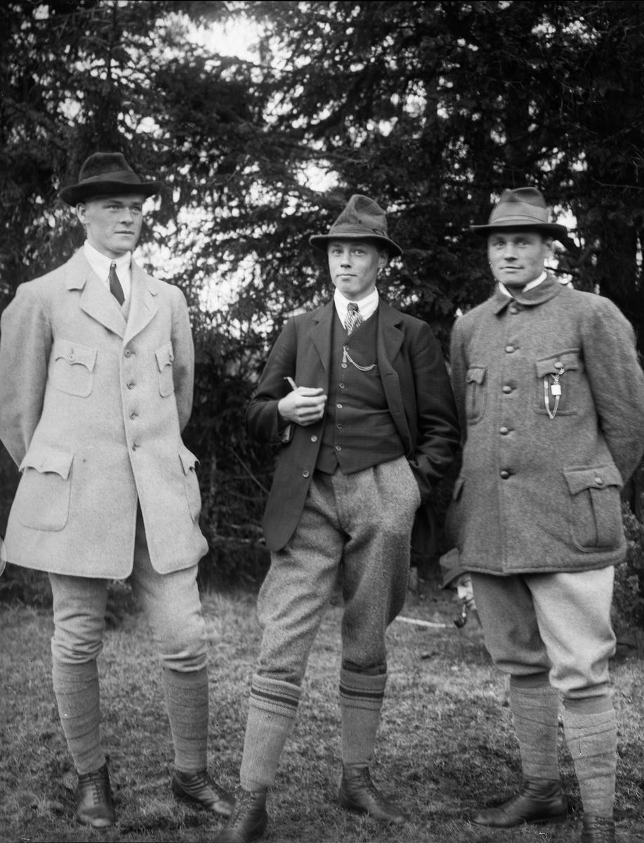 Oskar Janson, Osvald Petterson och Sven Gräns, vid Nybron, Altuna socken, Uppland 1919