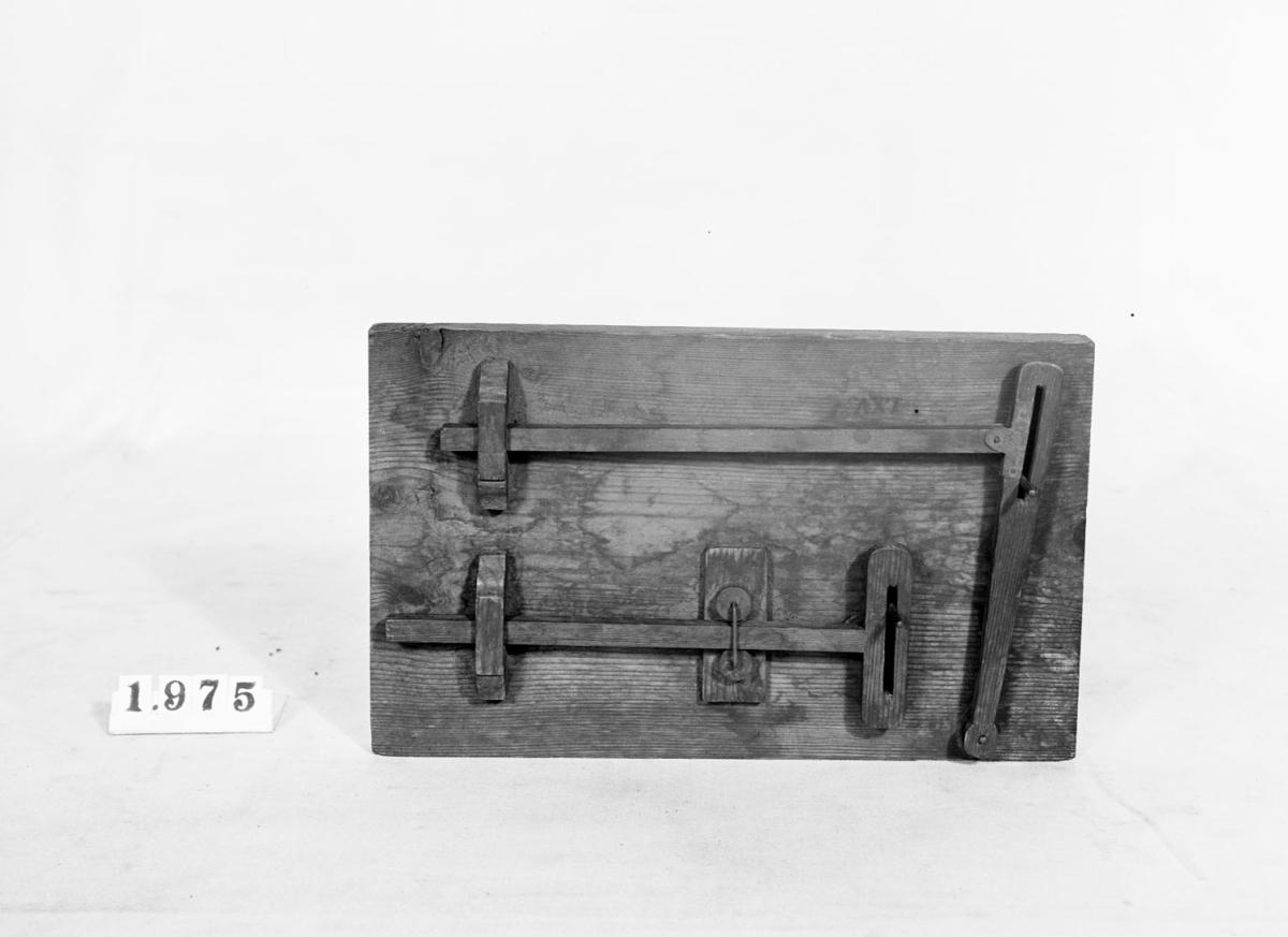 Modell ur Polhems mekaniska alfabet. Text på föremålet: LXV, LXVI. När vevarna roterar får armarna en fram- och återgående rörelse.
