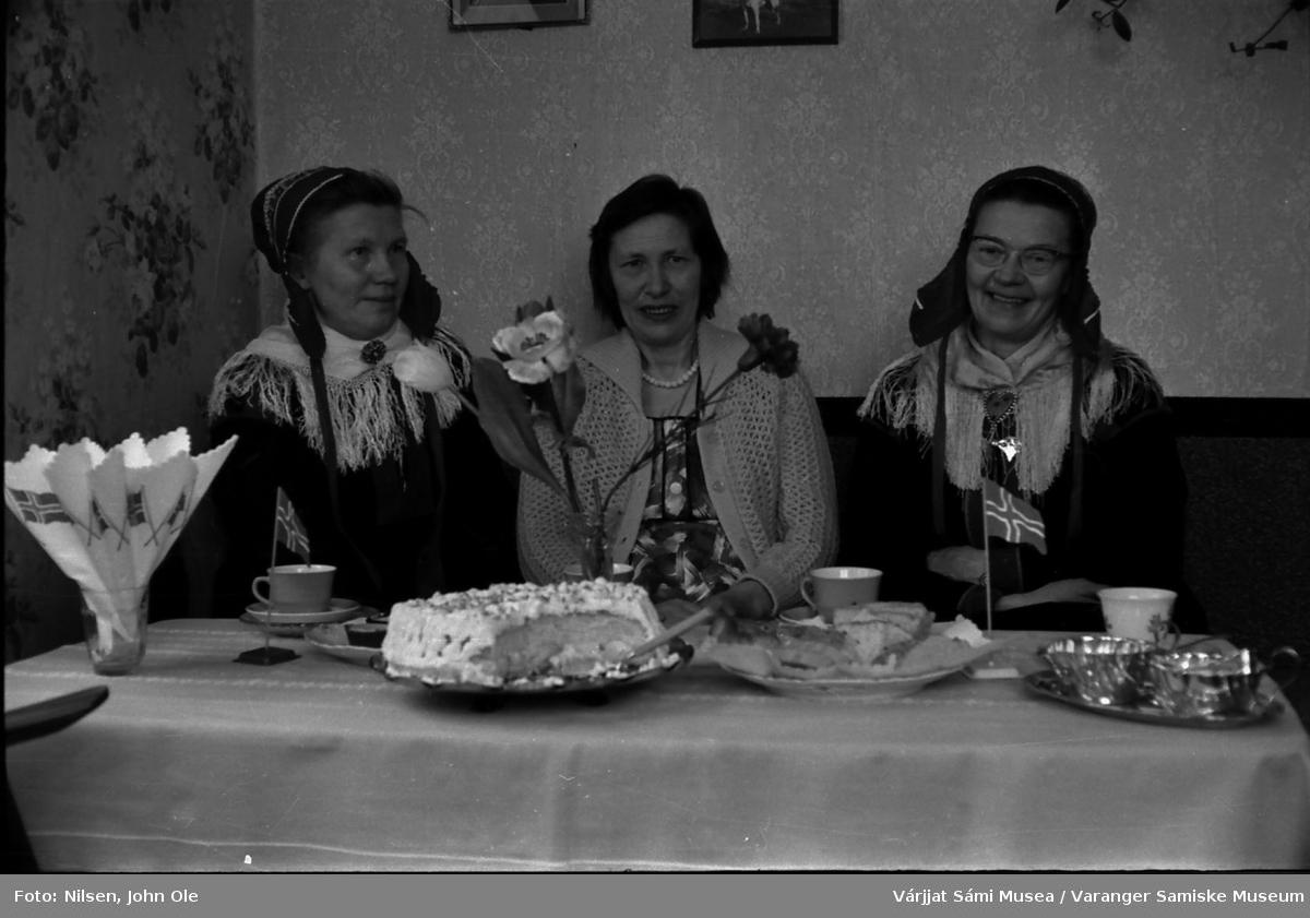 50-årsfeiring for Brita Bomban i Nesseby. Brita sitter i midten, Signe og Oline Nilsen på hver sin side av henne. 17. mai 1967.